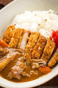 Today's recipe is a rich and flavorful Japanese katsu curry served with chicken katsu or tonkatsu over rice. The crunchy texture of chicken cutlets slathered in a creamy sauce is the ultimate comfort dish. Easy Japanese Recipes, Japanese Dishes, Japanese Food, Asian Recipes, Chicken Katsu Curry Recipes, Katsu Recipes, Katsu Curry Sauce Recipe, Thai Curry, Gastronomia