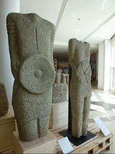 EXPOSICIÓN GALLAECIA PÉTREA.Monte Gaiás. Santiago de Compostela.  Estatuas de guerreros galaicos. S. I, procedentes del norte de Portugal.