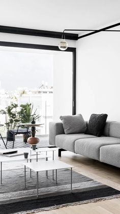 How to create a decorative base that suits all trends Keys to achieve a versatile and timeless interior that you can update each season with some simple Home Living Room, Interior Design Living Room, Living Room Designs, Living Room Decor, Interior Design Videos, Diy Décoration, Elle Decor, Cozy House, Diy Bedroom Decor
