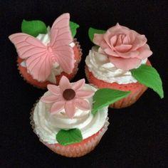 Cupcakes de rosas con queso crema y decorados con fondant