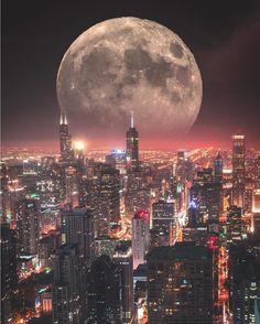 Фантастический вид на ночной Чикаго - уникальный город небоскребов высотой более 100 этажей. Здесь находится самое высокое здание Америке и пятое по высоте в мире - Уиллис-тауэр. ниже только - гостиница Трамп Интернэшнл центр и Джон Хэнкок центр (высочайшее в мире жилое здание). Photo @huntiar #womanslook