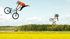 Mountainbiker Martin Söderström und BMX-Fahrer Dawid Godziek fliegen in folgendem Video durch das Rapsfeld. Dank der dichten Blütendecke sind sie zwischendurch gar nicht zu sehen und springen plötzlich dank versteckter Rampen in die Höhe. Grossartige Aufnahmen! Söderström got his inspiration...