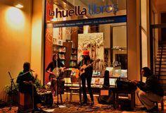Musica en la noche de vidriera al arte: Adriana Rios y obras de Stella Maris Tessitore por Sab Mic fotos