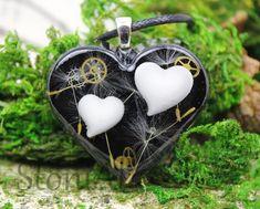 Großes Herz mit 2 Muttermilch Herzen Pusteblumen und Zahnrädern. Christmas Ornaments, Holiday Decor, Home Decor, Style, Heart Necklaces, Resin, Hearts, Decorating Ideas, Lawn And Garden