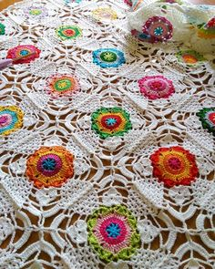 The #rusticlacesquare tablecloth slowly grows...Hope your Tuesday is a colourful one!