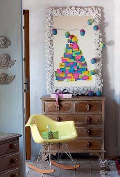 Nada de árvores naturais ou artificiais. Monte uma árvore só de lembretes. Os enfeites, neste caso, serão as mensagens deixadas pelos convidados durante a festa (Decoração de Natal | Christmas decor)
