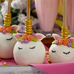 Manzanas de Unicornio Dessert Table Decor, Table Decorations, Baby Shower, Candy, Christmas Ornaments, Holiday Decor, Desserts, Food, Business Ideas