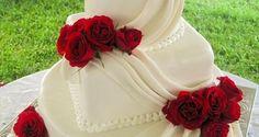 O vermelho é uma cor vibrante e que dá a sensação de amor e paixão, ótima pedida para casamentos, aliás. Vem cá se apaixonar por essas decorações lindas!