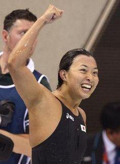 女子100メートル平泳ぎ決勝で3位になり、ガッツポーズで喜ぶ鈴木聡美=水泳センター(共同)