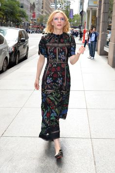 Kate Blanchett in Valentino ( Gettyimages) Power Dressing Women, Beautiful Maxi Dresses, Valentino Dress, Half Sleeve Dresses, Dressy Dresses, Cate Blanchett, Fashion 2020, Everyday Outfits, Chic Outfits