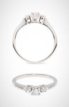a6230ec3a408 Anillo de oro blanco 18k con de tres diamantes centrales y brillantes  laterales