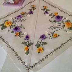 Ribbon Embroidery, Cross Stitch Embroidery, Brazilian Embroidery, Machine Embroidery Patterns, Tableware, Salons, Towel, Embroidered Towels, Craft