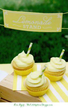 Lemonade Cupcakes & Free Mini-Lemonade Stand Printables | @kimbyers #freeprintables #cake #funfood