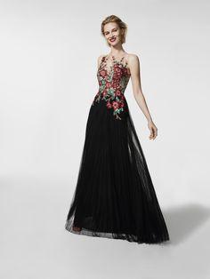 Procura um vestido de festa? Este vestido comprido preto é um vestido de festa (modelo GRIVAN) com um decote tipo barco à frente e decote com efeito tatuagem nas costas. Vestido da linha evasé sem mangas (tule, bordado fio e pedraria)