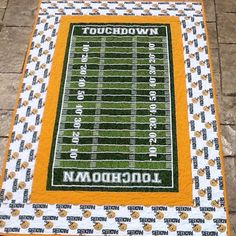 Green bay packer quilt throw baby blanket. Www.sewingbyjanina.etsy.com Football Quilt, Baseball Quilt, Girl Football, Football Themes, Quilt Block Patterns, Pattern Blocks, Quilt Blocks, Quilting Ideas, Quilting Projects