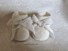 carmenbecares.blogspot.com: PATUCOS BEBE ( tejido, dos agujas). KNITTED TUTORIAL Baby Knitting Patterns, Knitting For Kids, Crochet For Kids, Tricot Baby, Baby Staff, Baby Bootees, Knit Baby Shoes, Knitted Booties, Baby Sandals