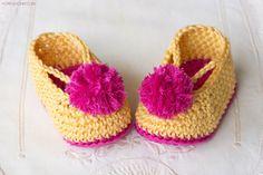 Selbstgestrickte Babyschuhe in zwei Farben, schönes selbstgemachtes Geschenk für Mädchen