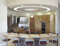 cuisine-îlot-central-idée-originale-forme-arrondie-tabourets.jpg (640×492)