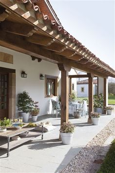 Discover thousands of images about 5 Lindas Fachadas De Casas Coloniales Modernas hermosas Hacienda Style Homes, Spanish Style Homes, Spanish House, Pergola Patio, Backyard Patio, Pergola Kits, Cheap Pergola, Mexico House, Mediterranean Homes