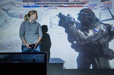 Toimittaja pelasi videopeliä. Jutun kuvaustilanteessa hän katsoi ensimmäisen kerran virtuaalihahmoaan silmästä silmään. © Markus Pentikäinen