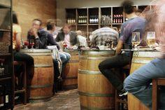 Alte Weinfässer als Tische.