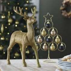 This Glittered Reindeer table decoration will add a little festive sparkle! #Christmas #Reindeer