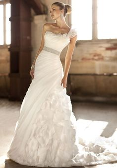 I would get married again (to my husband of course) just to wear this dress!!!