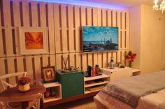 Ideias criativas da LAR: Paletes para compôr a parede do quarto; Parede de tijolos e concreto para dar personalidade;