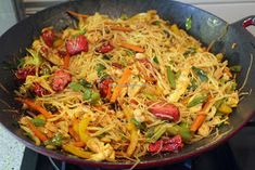 Kook de wereld rond!: Sin chao mihoen oftewel mihoen Singapore Asian Recipes, Ethnic Recipes, Pasta Noodles, Singapore, Wok, Chinese Food, Japchae, Slow Cooker, Food And Drink