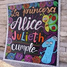 El mes de octubre lo denominamos el mes de los #carteles 🤣🙌 Para el cumple de la princesa Alice nos inspiramos en #BabyTv donde aparecen sus personajes favoritos 📺 . Gracias a @johayese por confiar en nuestro trabajo 💕🖍️🎨 . . . #lachicadelaspizarras . . #letras #cartelpizarra #pizarron #pizarrasnegras #pizarras #letters #chalkboard #chalk #pizarrasdecorativas #afiches #pancarta #letrashechasamano #diseños #baby #cumpleaños Alice, Chalkboard Quotes, Art Quotes, Neon Signs, Exterior, Instagram, Princesses, Manualidades, October