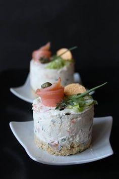 Le mini Cheesecake al Salmone sono uno sfizioso antipasto. La base di crackers e burro si sposa perfettamentecon il formaggio,il salmone e le erbette