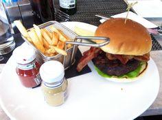 Hamburguesa con patatatas en mini cesta de freidora!! Dupont cafe, washington dc!