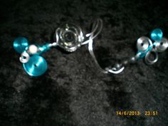 1ère vue du bracelet long fil d'alu argenté et bleu fleur en fimo noire