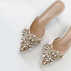 wedding shoes pumps 59 High fashion wedding shoes that will never go out of style - bridal shoes ,nude wedding shoes, high heel wedding shoes ,pump wedding shoes Wedding Shoes Heels, Bride Shoes, Look Fashion, Fashion Shoes, High Fashion, Fashion Art, Luxury Fashion, Bridal Accessories, Jewelry Accessories