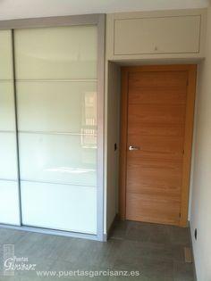 puerta de interior en chapa de haya vaporizada con ranuras en horizontal hechas sobre madera