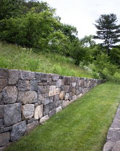 The Bostonians: A Modern Agrarian Landscape in New England – Gardenista – Famous Last Words Backyard Retaining Walls, Stone Retaining Wall, Sloped Backyard, Landscape Walls, Landscape Architecture, Landscape Design, Garden Design, Hillside Landscaping, Front Yard Landscaping