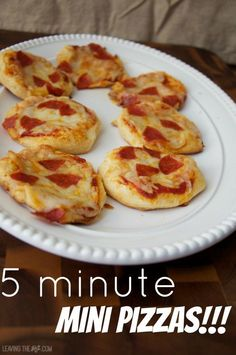 5 Minute Mini Pizzas Easy mini pizzas made with canned biscuits, kid friendly Easy mini pizzas are quick to put together and bake up in 8 minutes! Fun meal or snack to make with your kids, let them pick the toppings and take part in the process. Mini Pizzas, Appetizer Recipes, Snack Recipes, Cooking Recipes, Appetizers, Kid Recipes, Yummy Recipes, Snacks To Make, Easy Snacks