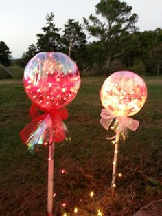 How to Make Awesome Christmas Outdoor Decorations – Giant Lollipops : wo clear bowls lights dowel and clear wrap and bows Cute lollipops Christmas Garden Decorations, Diy Christmas Lights, Christmas Yard Art, Diy Garden Decor, Christmas Holidays, Christmas Crafts, Outdoor Decorations, Lollipop Decorations, Christmas Ideas