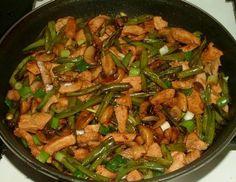 Doen olie in wok of koekenpan en roerbak sperziebonen tot bijna gaar. VOOR GROENTEN. 150 g sperziebonen, in 2 cm stukjes150 g witte champignons, elk in helft verdeeld2 lente-ui, in ringetjes3/4 e oestersausVOOR KIPFILET. 300 g kipfilet in blokjes3 cm verse gember, in reepjeszoutzwarte peper2 t lichte Chinese sojasaus1 t rijstwijn of droge sherryiets suiker1 t mushroom flavored sojasaus voor extra smaak en geeft een iets donkere kleur aan het gerecht (kopen bij toko)olie voor roerbakken