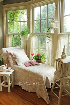 4 Natural Clever Tips: Shabby Chic Interior Blue Walls shabby chic bedroom curtains. Shabby Chic Bedrooms, Shabby Chic Homes, Shabby Chic Furniture, Shabby Chic Decor, Furniture Chairs, Distressed Furniture, Shabby Chic Porch, Cottage Furniture, Cottage Chic