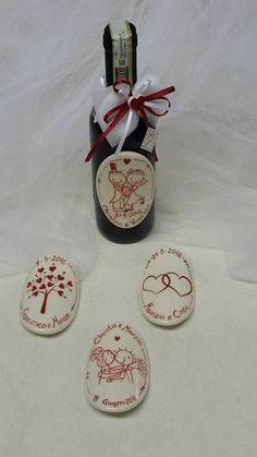 ceramica come mestiere: Etichetta personalizzata per bottiglia di vino. Ceramica. Originale bomboniera.