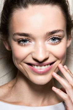 Who doesn't love those look-at-me lashes? Grab your wand and follow these tips and secrets to learn how to apply mascara better for your best lash look yet.