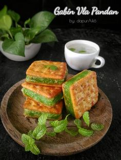 Gabin Vla Pandan by Fitriani S Emnoer Indonesian Desserts, Asian Desserts, Snack Recipes, Cooking Recipes, Snacks, Food To Go, Food And Drink, Asian Appetizers, Tasty Thai