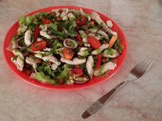 Szivárvány saláta, sült csirkemell-csíkokkal és pirított csicseriborsóval