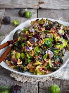 Denne lune rosenkålsalaten kan du raskt forelske deg i . Smaksatt med bacon, parmesan og hvitløk er den vanskelig å stå i mot!