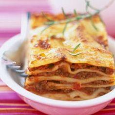 Les lasagnes à la bolognaise sont un plat typiquement italien. Dans cette recette, on les réalise avec de l'échine de porc et de la viande de boeuf hachée, des tomates, du vin rouge et de la béchamel. On alterne une feuille de lasagne avec la viande et la béchamel, avant de parsemer le dessus de parmesan. Dégustez les lasagnes avec une salade verte. Italian Recipes, Beef Recipes, Snack Recipes, Healthy Eating Tips, Healthy Nutrition, I Love Food, Good Food, Salty Foods, Vegetable Drinks