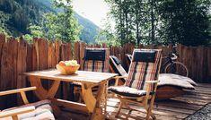 Terrassenzaun aus originalen Altholzschindeln, die händisch abgetragen wurden. Altholzterrasse Outdoor Chairs, Outdoor Furniture Sets, Outdoor Decor, Home Decor, Old Wood, Garden Furniture Sets, Decoration Home, Room Decor, Garden Chairs