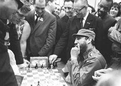 Fischer and Castro Castro Cuba, Fidel Castro, Bobby Fischer, History Of Chess, Viva Cuba, Chess Players, Modern History, Celebrity Photos, Che Guevara