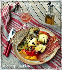 Assiette de légumes grillés , speck et fromage .