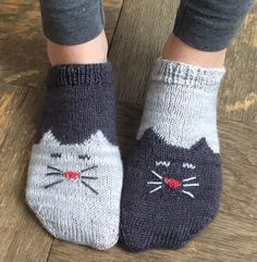 Free Knitting Pattern for Yinyang Kitty Socks - Toe-up ankle socks with a kitty . Free Knitting Pattern for Yinyang Kitty Socks – Toe-up ankle socks with a kitty chart on the toe and foot and a simple short-row heel. Designed by Geena Garcia Knitting Charts, Knitting Patterns Free, Knit Patterns, Free Knitting, Knitting Ideas, Simple Knitting Projects, Stitch Patterns, Knitted Socks Free Pattern, Christmas Knitting Patterns
